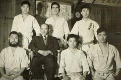 Anos 40 – Kanki Sensei  com alunos da Senbukai